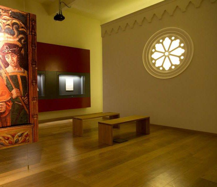 stanza-museo-allestita-con-parete-e-rosone
